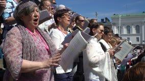 Coro enorme que canta en los pasos de la catedral, Helsinki almacen de video