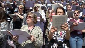 Coro enorme que canta en los pasos de la catedral, Helsinki almacen de metraje de vídeo
