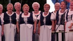 Coro húngaro mayor en un acontecimiento de la uva en un rojo del ¼ de Balatonfà de la pequeña ciudad 09 02 Hungría 2018 almacen de video