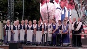 Coro húngaro mayor en un acontecimiento de la uva en un rojo del ¼ de Balatonfà de la pequeña ciudad 09 02 Hungría 2018 almacen de metraje de vídeo