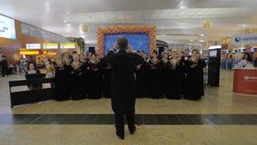 Coro que se realiza en el aeropuerto de Sheremetyevo el día de pasajero almacen de video