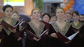 Coro ruso llevado por el conductor almacen de video