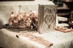 Coroa da cruz e da Bíblia Imagens de Stock Royalty Free