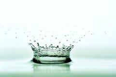 Coroa dada forma gotejamento da água fotografia de stock royalty free