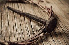 A coroa de espinhos de Jesus Christ e de um prego na cruz santamente foto de stock royalty free