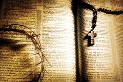 Coroa de espinhos, de rosário e de Bíblia - retros Imagem de Stock Royalty Free