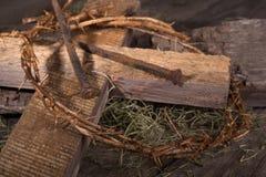 Coroa de espinhos e da cruz de madeira fotografia de stock royalty free