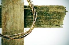Coroa de espinhos e de cruz imagens de stock royalty free