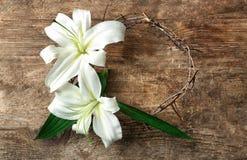 Coroa de espinhos e do lírio branco da Páscoa imagens de stock royalty free