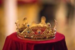 Coroa do casamento no cherch amarelo em vermelho fotografia de stock royalty free