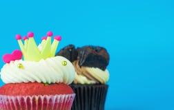 Coroa do coração do arco-íris e queque do chocolate fotografia de stock royalty free