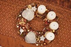 Coroa do Natal de Natuaral no tablecloth marrom. Fotos de Stock Royalty Free
