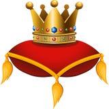 Coroa do ouro em um coxim carmesim Fotos de Stock