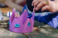 Coroa do papel feito a mão com os cristais para o partido da princesa imagens de stock