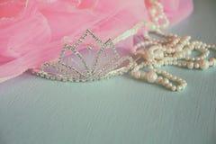 Coroa do vintage do casamento da noiva, das pérolas e do véu cor-de-rosa Conceito do casamento Vintage filtrado Foco seletivo Vin Imagens de Stock