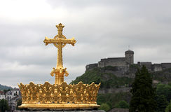 A coroa dourada da basílica de Lourdes Imagem de Stock