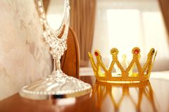 A coroa dourada na tabela na sala Fotos de Stock Royalty Free