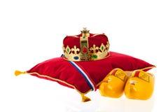 Coroa dourada no descanso de veludo com sapatas de madeira Imagens de Stock