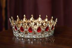 Coroa dourada real com pedras vermelhas Grandada, rubi Fotos de Stock Royalty Free
