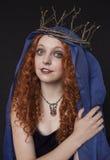 Coroa vestindo do galho da mulher fotos de stock royalty free