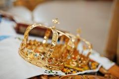 Coroas do casamento dourado na cerimônia da igreja fotografia de stock royalty free