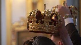 Coroas para o casamento na igreja Recém-casados na cerimônia vídeos de arquivo