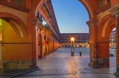 Corodba - τα porticoes Plaza de Λα Corredera της πλατείας στο σούρουπο Στοκ Εικόνες