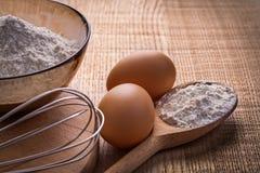 Corolla ägg pudrar i skedbunke på träbräde arkivbilder