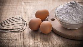 Corolla-eierenbloem in kom op hakbord stock afbeelding