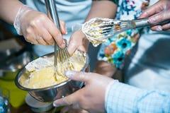 Corolla och brutna ägg med mjöl som blandar i bunke arkivbild