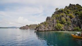 Coron, Φιλιππίνες - 5 Ιανουαρίου 2018: Λιμνοθάλασσα διδύμων με τους απότομους βράχους Coron PALAWAN Φιλιππίνες απόθεμα βίντεο