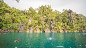 Coron, Филиппины - 5-ое января 2018: Двойная лагуна в Coron, Palawan, Филиппинах Гора и море шлюпка сиротливая Путешествуйте a Стоковое Фото