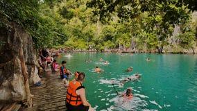 Coron, Filippijnen - Januari 5, 2018: Vakantiegangers die in de duidelijke wateren van Kayangan-Meer zwemmen stock videobeelden