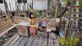 Coron Filippinerna - Januari 5, 2018: Livsföringen av barn och familjer i de filippinska slumkvarteren armod lokalt arkivfilmer