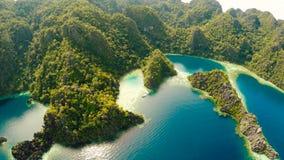 Coron, Palawan, Филиппины, вид с воздуха красивых двойных лагуны и скал известняка Стоковое Изображение
