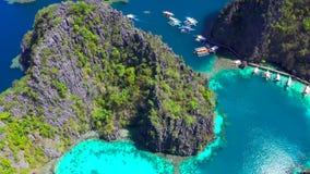 Coron, Palawan, Φιλιππίνες, εναέρια άποψη των όμορφων λιμνοθαλασσών και των απότομων βράχων ασβεστόλιθων απόθεμα βίντεο