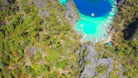 Coron, Palawan, Filipinas, vista a?rea de lagoas e de penhascos bonitos da pedra calc?ria vídeos de arquivo
