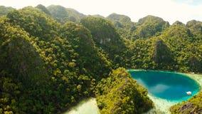Coron, Palawan, Filippinerna, flyg- sikt av den härliga tvilling- lagun och kalkstenklippor Royaltyfri Bild