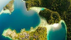 Coron, Palawan, Filippinerna, flyg- sikt av den härliga tvilling- lagun och kalkstenklippor Fisheye sikt Arkivfoto