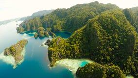 Coron, Palawan, Filippinerna, flyg- sikt av den härliga tvilling- lagun och kalkstenklippor Fisheye sikt Arkivbilder