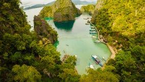 Coron, Palawan, Filippinerna, flyg- sikt av den härliga tvilling- lagun och kalkstenklippor Fisheye sikt Royaltyfria Foton
