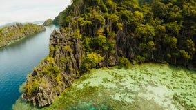 Coron, Palawan, Filippinerna, flyg- sikt av den härliga tvilling- lagun och kalkstenklippor Fisheye sikt Royaltyfri Bild