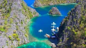 Coron, Palawan, Philippinen, Vogelperspektive von sch?nen Lagunen und von Kalksteinklippen stock footage