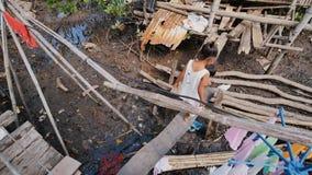 Coron, Philippinen - 5. Januar 2018: Die Lebensart von Kindern und von Familien in den philippinischen Elendsvierteln armut Kinde stock video footage