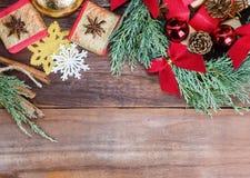 Corona blu vibrante del cipresso con i giocattoli ed i regali di natale Fotografie Stock