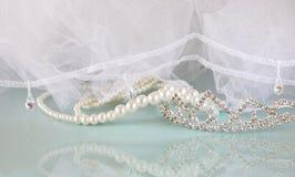 Corona d'annata di nozze della sposa, delle perle e del velo Arco della stella blu con il nastro blu (involucro di regalo) su pri Fotografia Stock Libera da Diritti