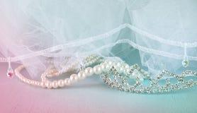 Corona d'annata di nozze della sposa, delle perle e del velo Arco della stella blu con il nastro blu (involucro di regalo) su pri Immagine Stock