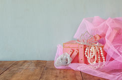 Corona d'annata di nozze della sposa, delle perle e del velo rosa Arco della stella blu con il nastro blu (involucro di regalo) s Fotografia Stock