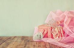 Corona d'annata di nozze della sposa, delle perle e del velo rosa Arco della stella blu con il nastro blu (involucro di regalo) s Fotografie Stock Libere da Diritti