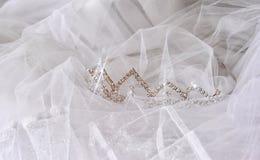 Corona d'annata di nozze della sposa e del velo Arco della stella blu con il nastro blu (involucro di regalo) su priorità bassa b Fotografie Stock
